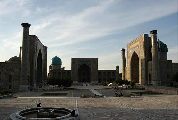 ウズベキスタン|サマルカンド レギスタン広場 シルクロードの要衝、青の...  やわらかに風が